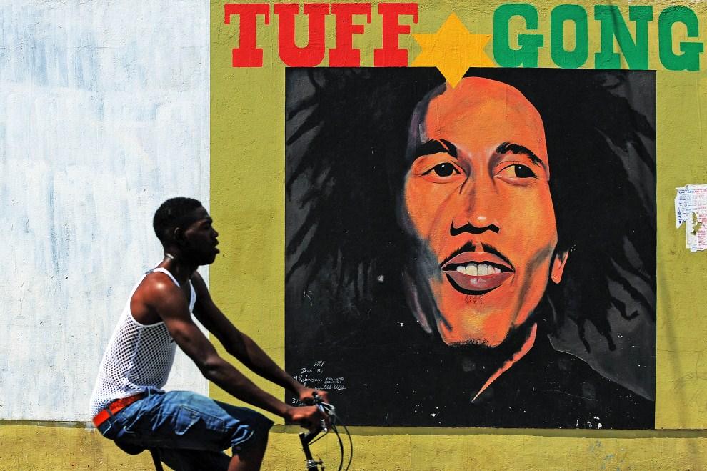 14. JAMAJKA, Kingston, 8 lutego 2009: Meżczyzna przejeżdża obok muralu z wizerunkiem Boba Marleya. AFP PHOTO/Jewel SAMAD