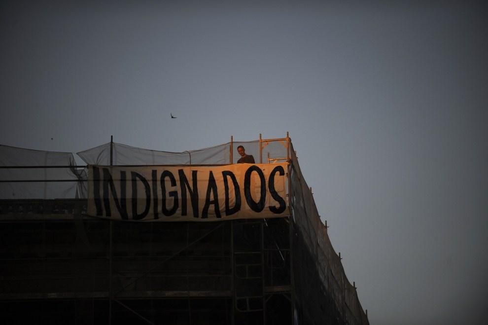 14. HISZPANIA, Madryt, 20 maja 2011: Protestujący za benerem rozpiętym nad placem Puerta del Sol. (Foto: David Ramos/Getty Images)