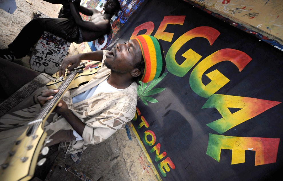 15. GHANA, Akra, 9 lutego 2008:  High Man Tao – popularny muzyk reggae z Ghany. AFP PHOTO/JOE KLAMAR