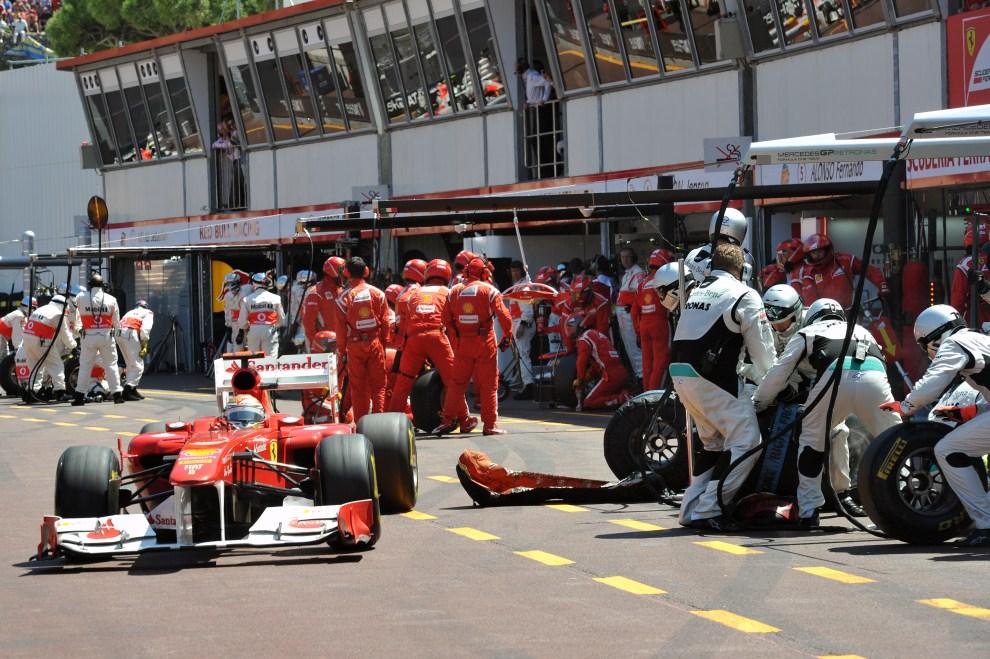 15. MONAKO, 29 maja 2011: Fernando Alonso (Ferrari) opuszcza aleję serwisową. AFP PHOTO / DIMITAR DILKOFF