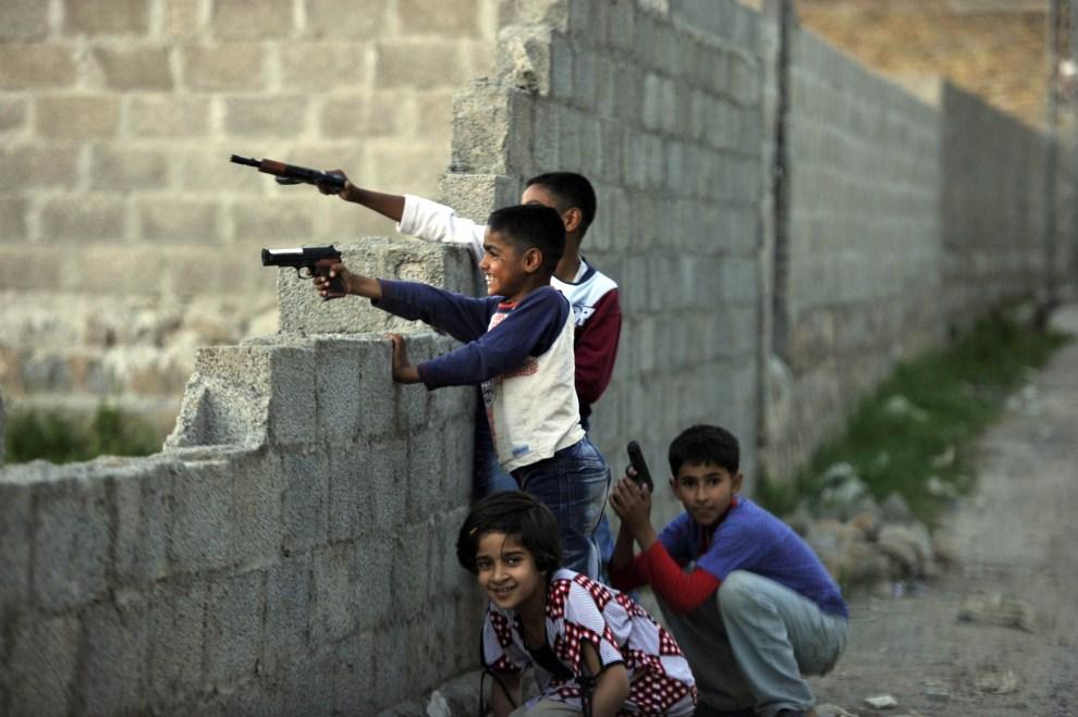 15. PAKISTAN, Abbottabad, 7 maja 2011: Pakistańskie dzieci bawią się na ulicy w pobliżu kryjówki Osamy bin Ladena. AFP PHOTO/ AAMIR QURESHI