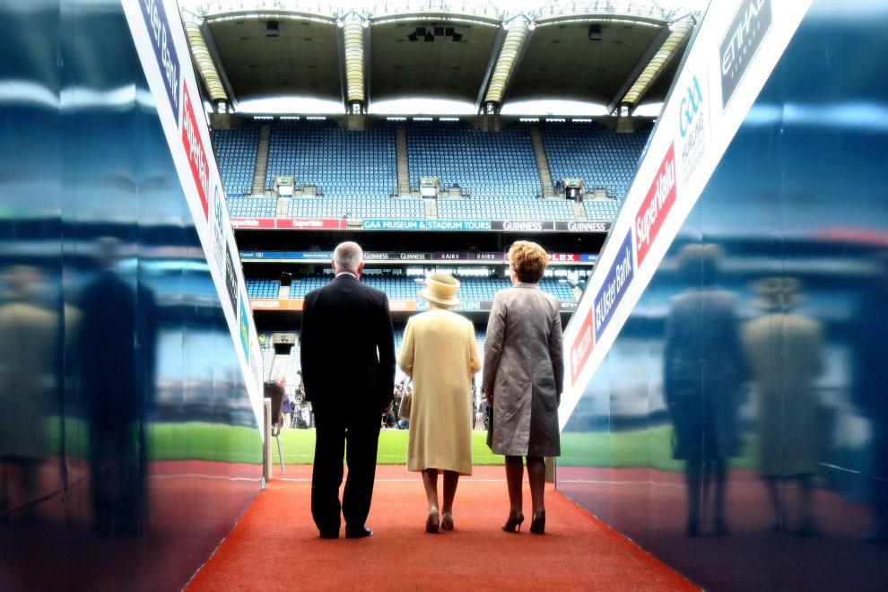15. IRLANDIA, Dublin, 18 maja 2011:  Elżbieta II (w środku) ogląda stadion przy Croke podczas historycznej wizyty w Irlandii. AFP PHOTO/POOL/IRISH GOVERNMENT/MAXWELLS