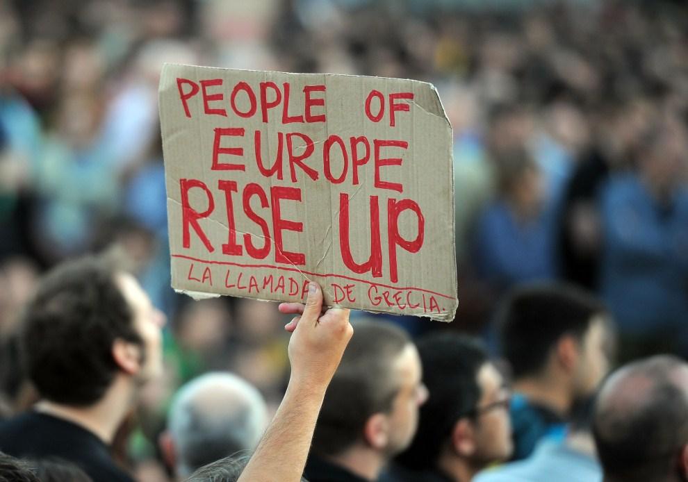 15. HISZPANIA, Barcelona, 15 maja 2011: Protestujący z plakatem nawołującym mieszkańców Europy do powstania. AFP PHOTO / LLUIS GENE.