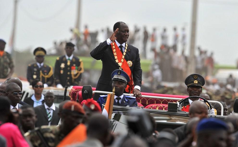 15. WKS, Yamoussoukro, 21 maja 2011: Prezydent Alassane Ouattara pozdrawia ludzi zebranych na uroczystej inauguracji prezydentury. AFP PHOTO / ISSOUF SANOGO