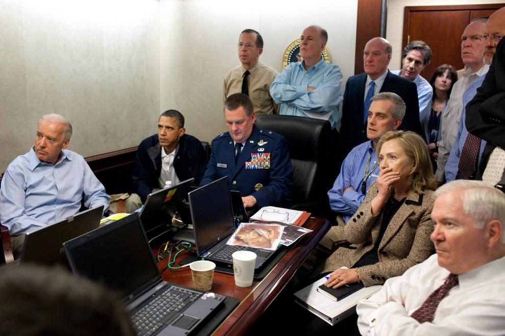15. USA, Waszyngton, 2 maja 2011: Barack Obama (drugi od lewej), Joe Biden (pierwszy od lewej), Robert Gates (pierwszy po prawej) oraz  Hillary Clinton (druga od prawej)   obserwują operację, w wyniku której zabity został Osama bin Laden. AFP PHOTO / WHITE HOUSE