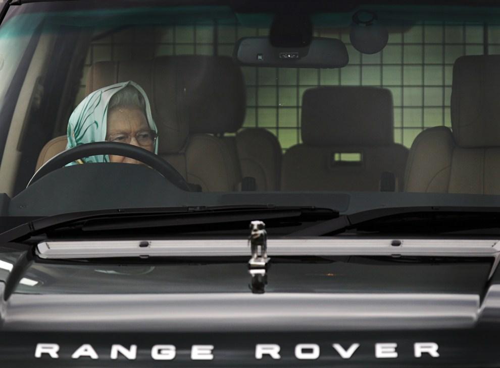 16. WIELKA BRYTANIA, Windsor, 13 maja 2011: Elżbieta II za kierownicą samochodu czeka na rozpoczęci Royal Windsor Horse Show – największych zawodów hippicznych w Wielkiej   Brytanii. AFP PHOTO/ADRIAN DENNIS