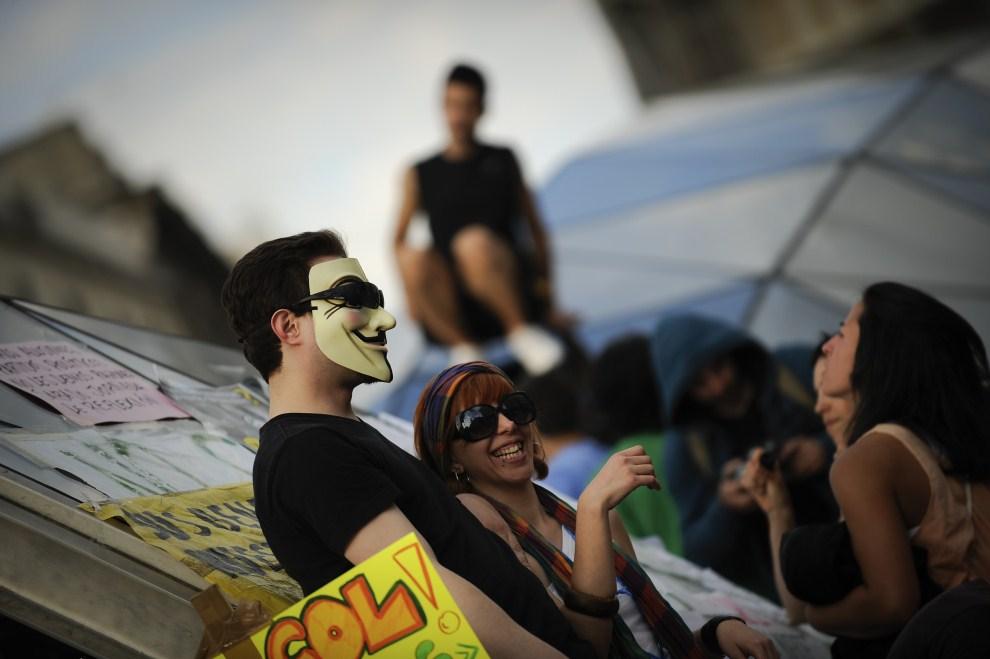 16. HISZPANIA, Madryt, 21 maja 2011: Ludzie zgromadzeni na placu Puerta del Sol. AFP PHOTO / PEDRO ARMESTRE