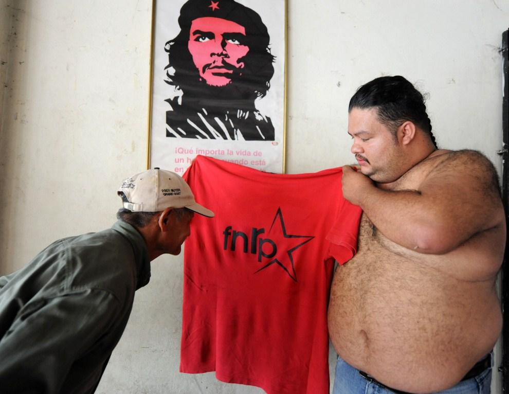 16. HONDURAS, Tegucigalpa, 25 maja 2011: Zwolennicy Manuela Zelaya przygotowują się do powitania Zelayi z emigracji. AFP PHOTO/Orlando SIERRA.