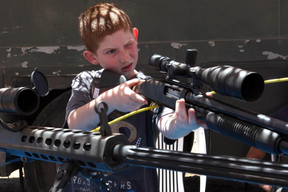 16. IZRAEL, Teqoa, 10 maja 2011: Izraelski chłopiec przygląda się broni prezentowanej na corocznym pokazie. AFP PHOTO/GALI TIBBON