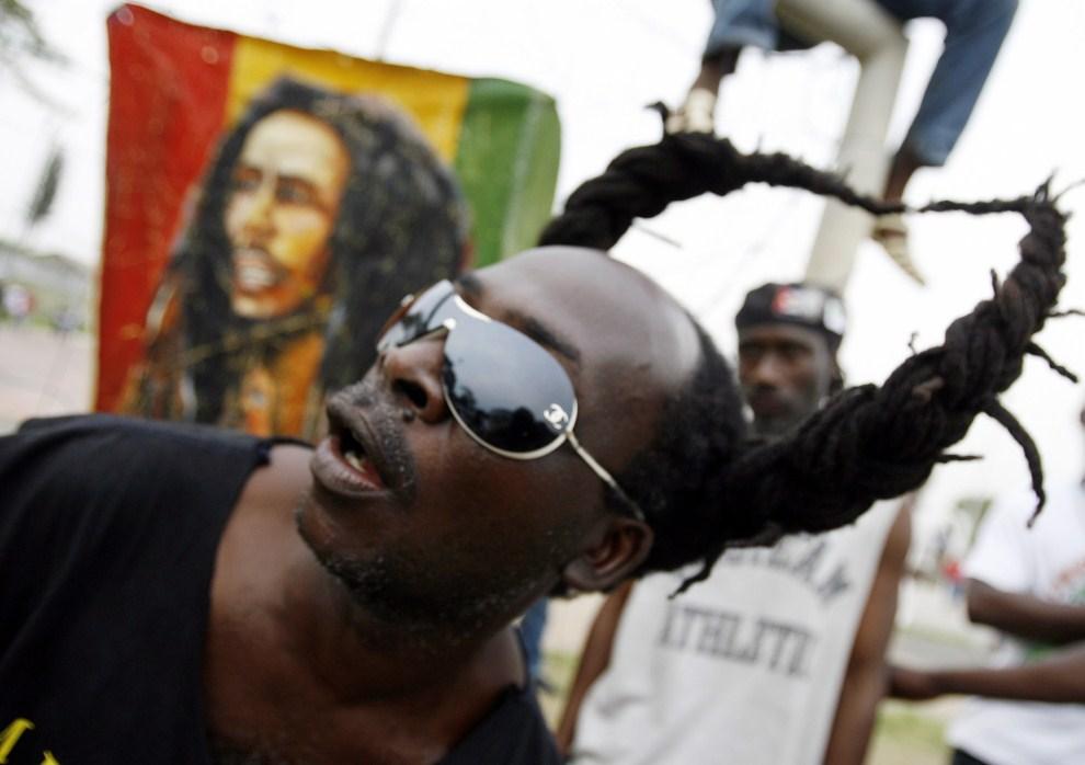 16. WYBRZEŻE KOŚCI SŁONIOWEJ, Abidżan, 8 grudnia 2007: Fan reggae podczas konceru Tikena Jah Fakoly. AFP PHOTO / KAMBOU SIA