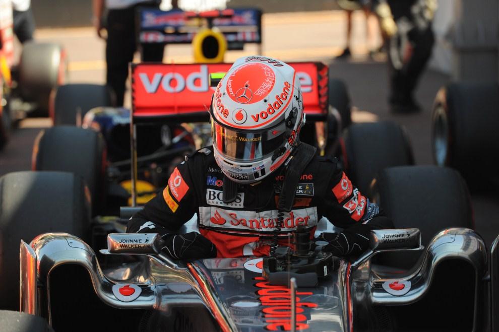 17. MONAKO, 28 maja 2011: Jenson Button (McLaren Mercedes) opuszcza swój bolid. AFP PHOTO / DIMITAR DILKOFF