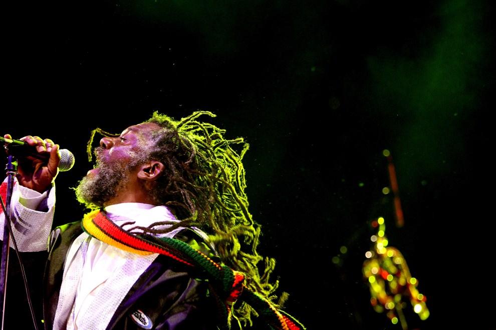 17. REUNION, Saint-Leu de la Réunion, 2 sierpnia 2007:  Jamajczyk – Winston Mac Anuff – podczas występu na festiwalu Safiko. AFP PHOTO RICHARD BOUHET