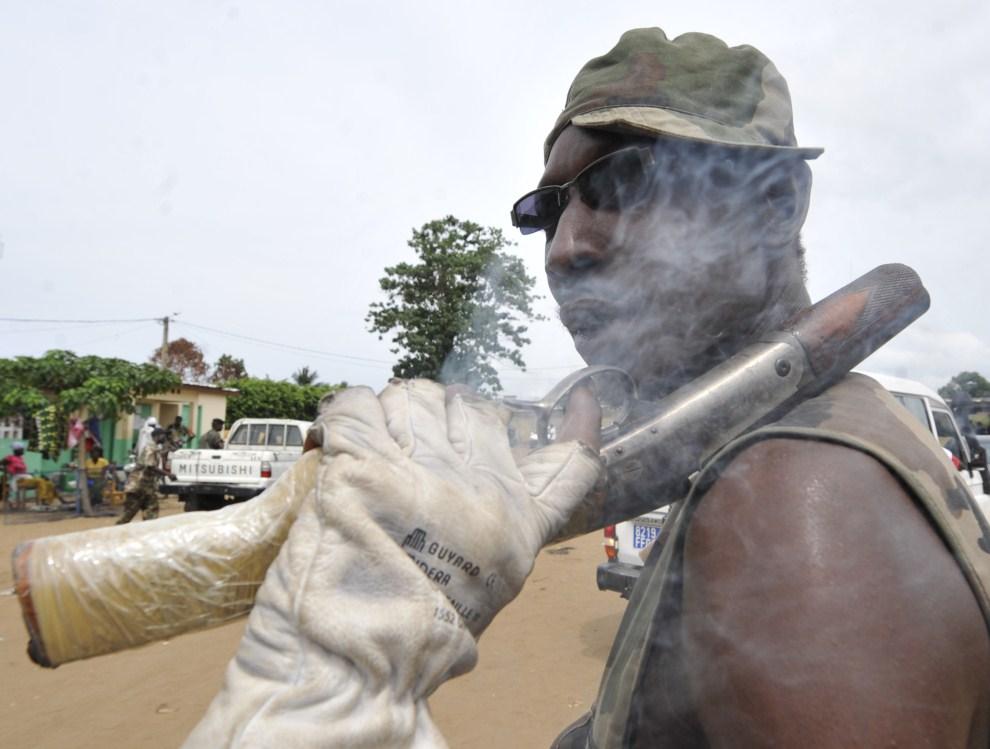 17. WYBRZEŻE KOŚCI SŁONIOWEJ, Abidżan, 4 maja 2011: Żołnierz oddziałów wiernych prezydentowi Alassane Ouattara. AFP PHOTO / SIA KAMBOU