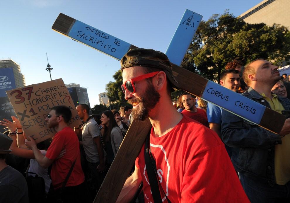 17. HISZPANIA, Barcelona, 20 maja 2011: Mężczyzna z krzyżem protestujący na Placa de Catalunya. AFP PHOTO / LLUIS GENE