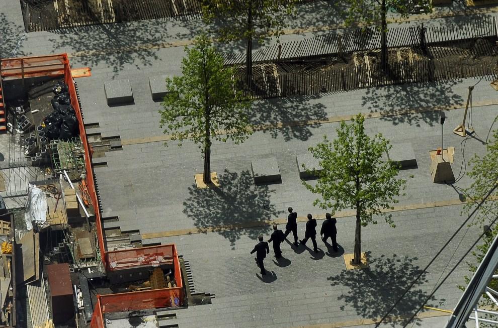 17. USA, Nowy Jork, 5 maja 2011: Barack Obama (w środku) w towarzystwie ochrony zbliża się na  Ground Zero, gdzie zorganizowano spotkanie z rodzinami ofiar zamachu na WTC.   AFP PHOTO / TIMOTHY A. CLARY