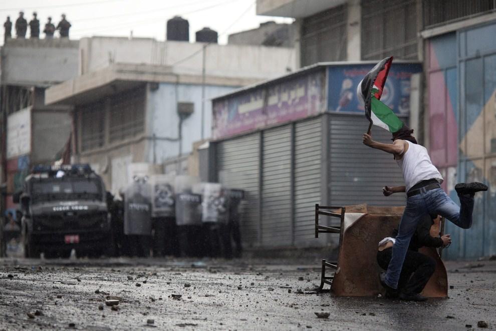 17. IZRAEL, Szuafat, 15 maja 2011: Palestyńczycy obrzucają żołnierzy kamieniami. EPA/OLIVER WEIKEN/PAP/EPA.