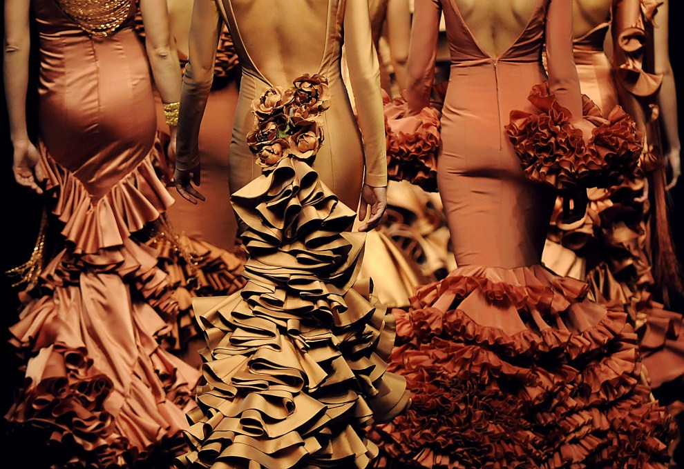 18. HISZPANIA, Sewilla, 3 lutego 2011: Modelki w kreacjach  Vicky Martin Berrocal. AFP PHOTO/ CRISTINA QUICLER