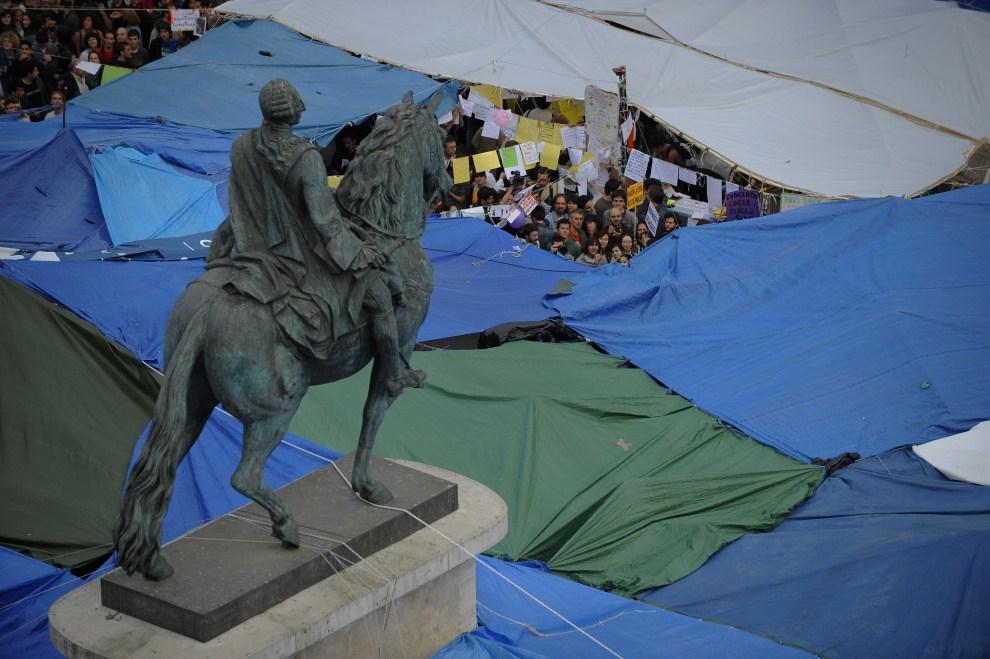 18. HISZPANIA, Madryt, 19 maja 2011: Protestujący zebrani pod prowizorycznymi namiotami. AFP PHOTO / PEDRO ARMESTRE