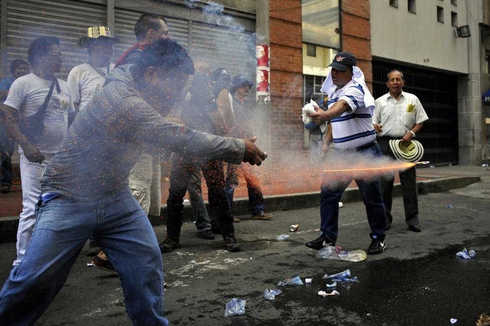 18. KOLUMBIA, Bogota, 1 maja 2011: Demonstranci na ulicach Bogoty podczas międzynarodowego święta klasy robotniczej. AFP PHOTO/Luis ROBAYO