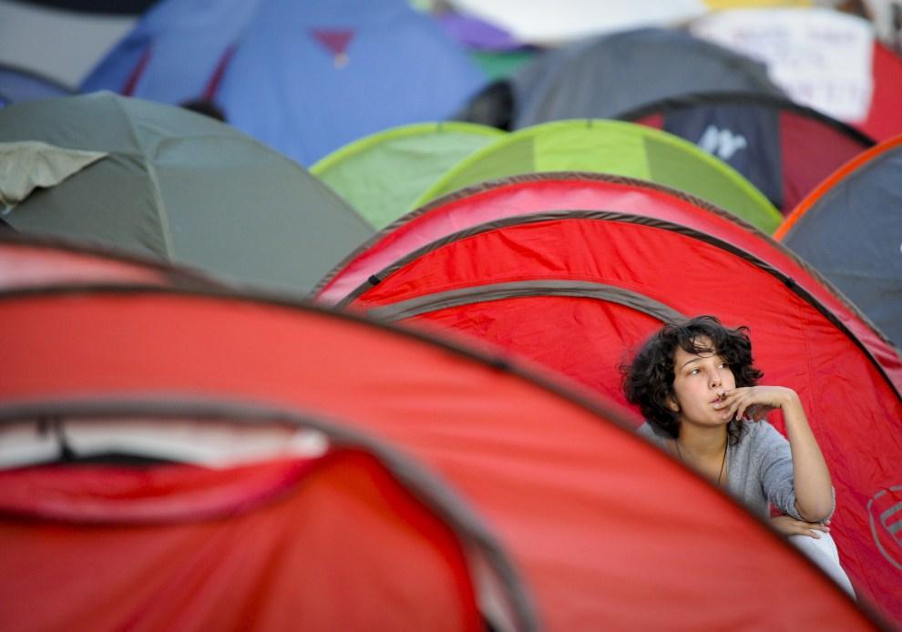 """18. HISZPANIA, Madryt, 24 maja 2011: Miasteczko namiotowe protestujących  w Hiszpanii """"indignados"""". AFP PHOTO / PEDRO ARMESTRE"""