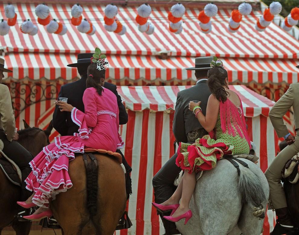 "19. HISZPANIA, Sewilla, 5 maja 2011: Uczestnicy słynnego ""Feria de abril de Sevilla"" w strojach andaluzyjskich. AFP PHOTO/ CRISTINA QUICLER"