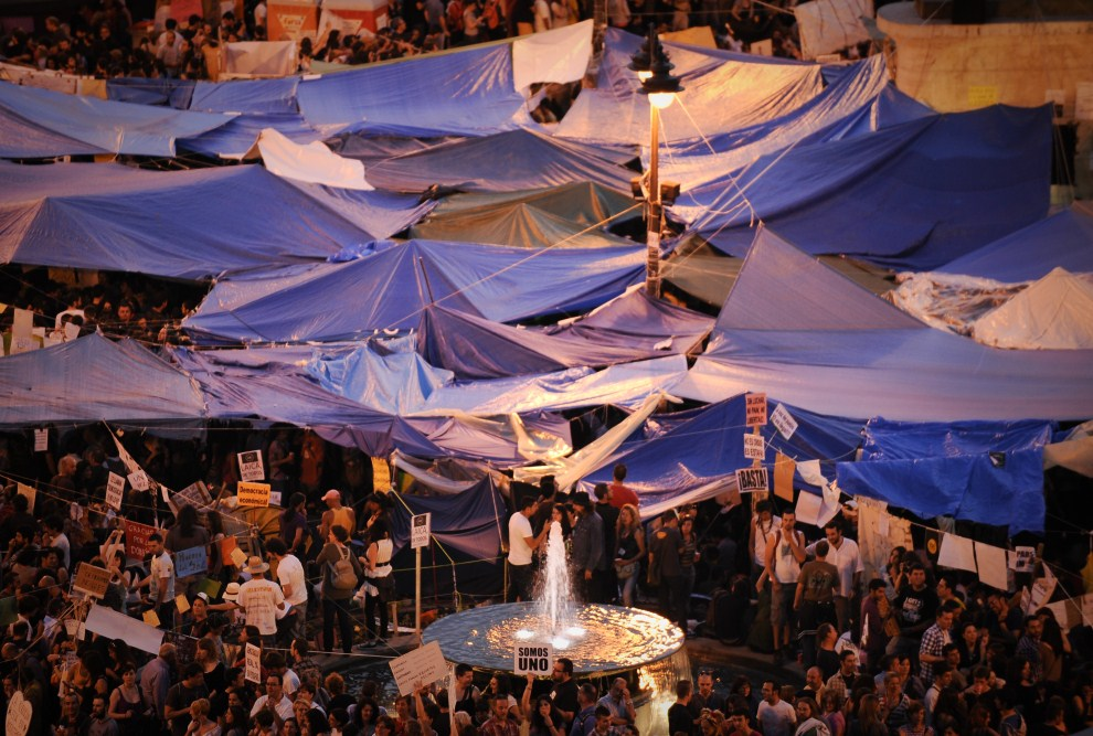 19. HISZPANIA, Madryt, 21 maja 2011: Ludzie domagający się reforma zgormadzeni na  Puerta del Sol. AFP PHOTO / PEDRO ARMESTRE