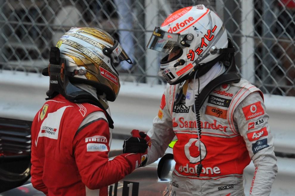 19. MONAKO, 29 maja 2011: Fernando Alonso (po lewej) i Jenson Button (po prawej) gratulują sobie wyniku. AFP PHOTO / DIMITAR DILKOFF