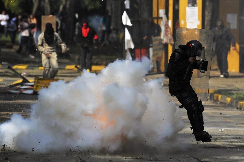 19. KOLUMBIA, Cali, 26 maja 2011: Policjant zaatakowany ładunkiem wybuchowym domowej produkcji podczas starć ze studentami. AFP PHOTO/Luis ROBAYO