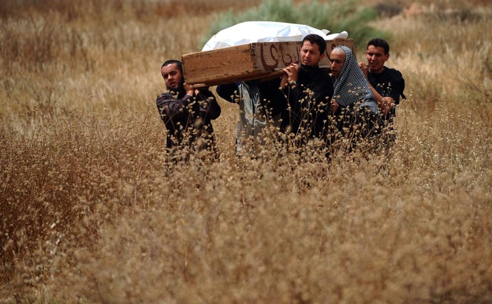 19. LIBIA, Misrata, 25 kwietnia 2011: Rodzina niesie ciało ofiary ostrzału artyleryjskiego prowadzonego przez oddziały wierne Kadafiemu. AFP PHOTO/CHRISTOPHE SIMON