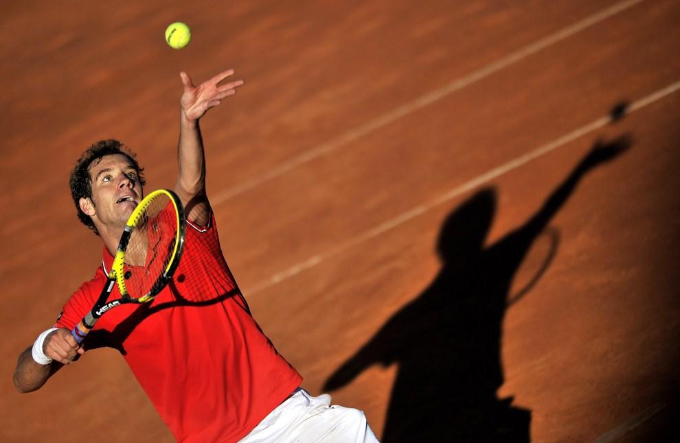 19. WŁOCHY, Rzym, 13 maja 2011: Richard Gasquet serwuje piłkę w meczu z Tomasem Berdychem. AFP PHOTO / Filippo MONTEFORTE
