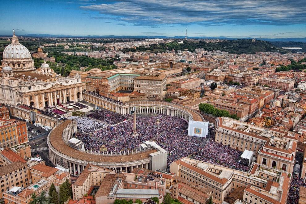 1. WŁOCHY, Rzym, 1 maja 2011: Widok na Plac Św. Piotra w dniu beatyfikacja Jana Pawła II. AFP PHOTO / HO / ITALIAN POLIZIA DI STATO / MASSIMO SESTINI
