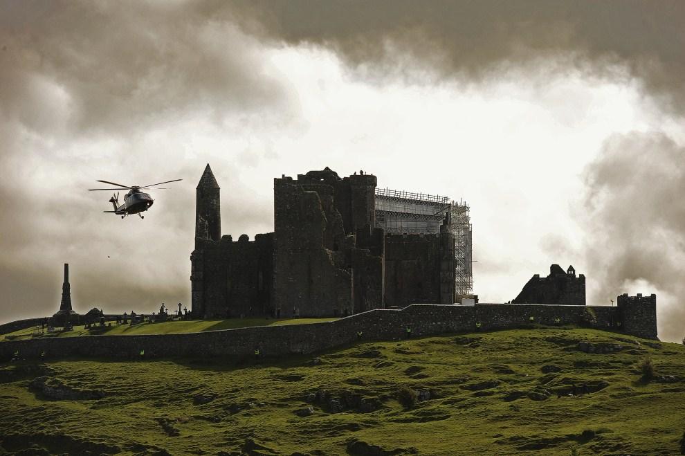 1. IRLANDIA, Cashel, 20 maja 2011: Śmigłowiec z Elżbietą II na pokładzie ląduje  na Rock of Cashel. AFP PHOTO/Carl de Souza