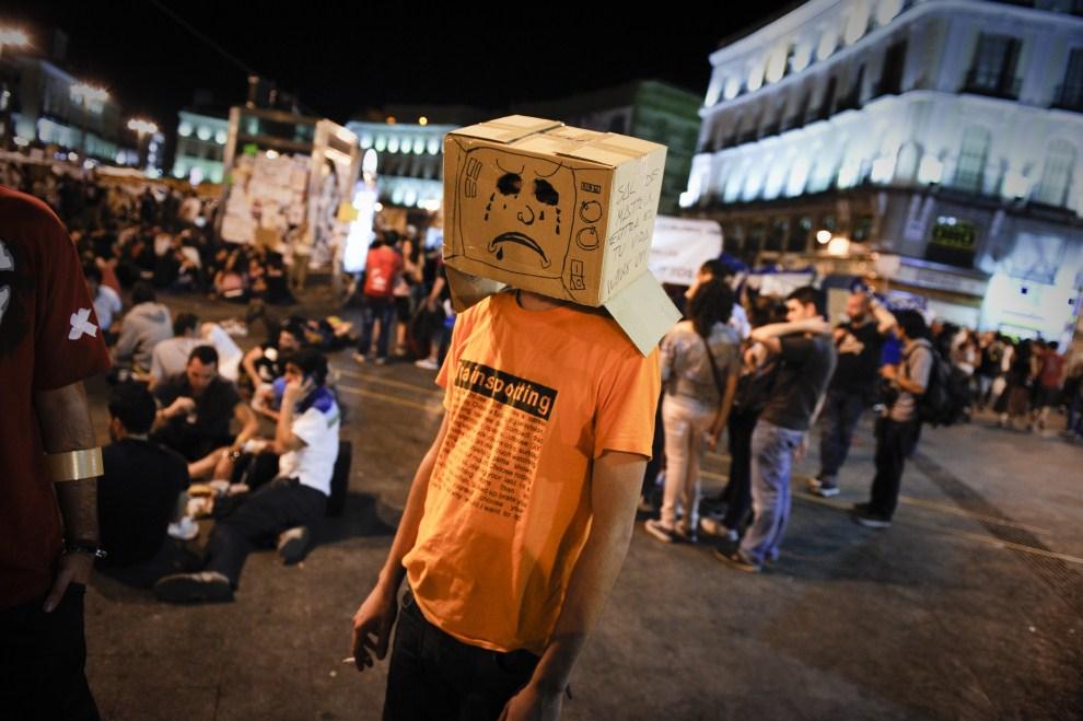 1. HISZPANIA, Madryt, 22 maja 2011: Uczestnik protestów przeciw polityce rządu w Hiszpanii. AFP PHOTO / PEDRO ARMESTRE
