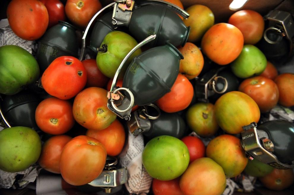 1. KOLUMBIA, Medellín, 19 maja 2011: Granaty M26 ukryte w transporcie pomidorów przechwyconym przez policję. AFP PHOTO/Raul ARBOLEDA