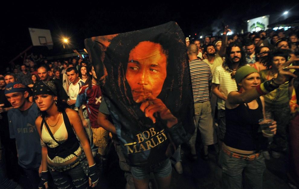 1. SERBIA, Banatski Sokolac, 24 sierpnia 2008: Ludzie zebrani wokół statuy Boba Marleya. AFP PHOTO/ ALEXA STANKOVIC