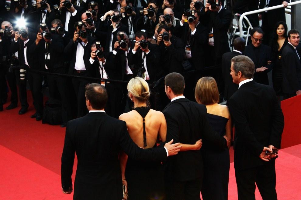 """1. FRANCJA, Cannes, 17 maja 2011: Uczestnicy premiery filmu """"The Beaver"""". Stoją od prawej: Mel Gibson, Jodie Foster, Kyle Killen, Laura Allen oraz Keith Redmon. (Foto: Vittorio Zunino Celotto/Getty Images)"""