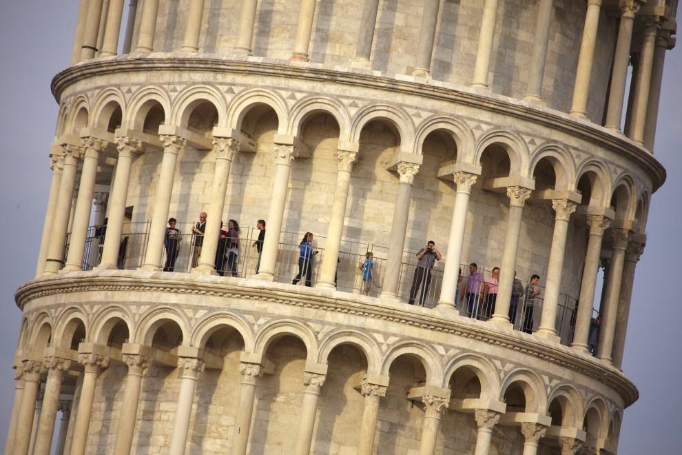 20. WŁOCHY, Piza, 26 kwietnia 2011: Turyści zwiedzający krzywą wieżę. AFP PHOTO / FABIO MUZZI