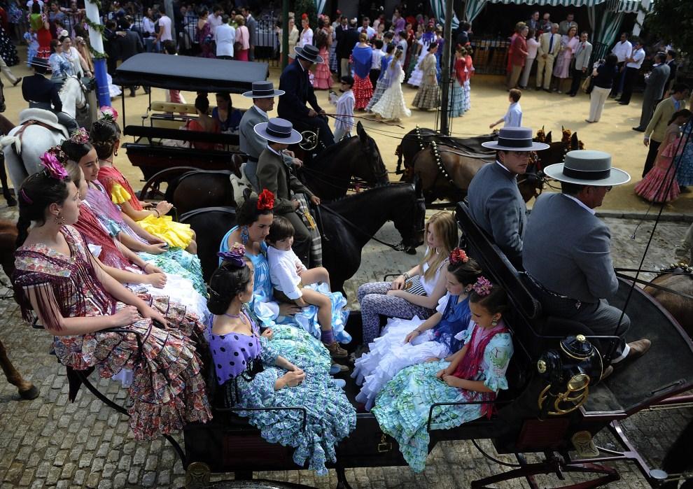 "20. HISZPANIA, Sewilla, 5 maja 2011: Uczestnicy ""Feria de abril de Sevilla"" – festynu flamenco i walki byków.AFP PHOTO/ CRISTINA QUICLER"