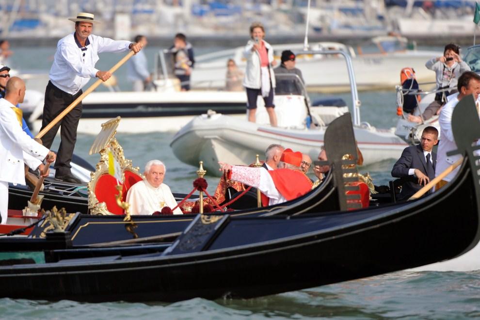 20. WŁOCHY, Wenecja, 8 maja 2011: Benedykt XVI w łodzi razem z kardynałem  Angelo Scala. AFP PHOTO / VINCENZO PINTO