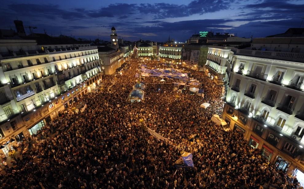 20. HISZPANIA, Madryt, 21 maja 2011: Plac Puerta del Sol wypełniony przez tłum protestujących. AFP PHOTO / JAVIER SORIANO