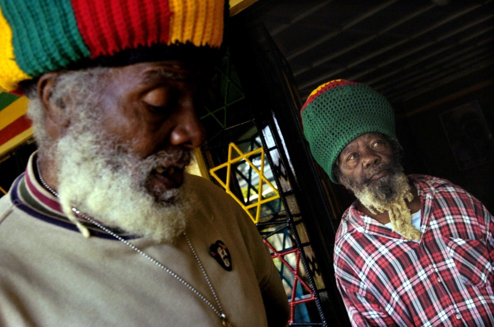 20. ETIOPIA, Szaszemenie, 4 lutego 2005: Papa Rocky (po lewej) przewodniczący wspólnoty Rastafarianw w Szaszemenie w towarzystwie przyjaciela. AFP PHOTO/GIANLUIGI GUERCIA