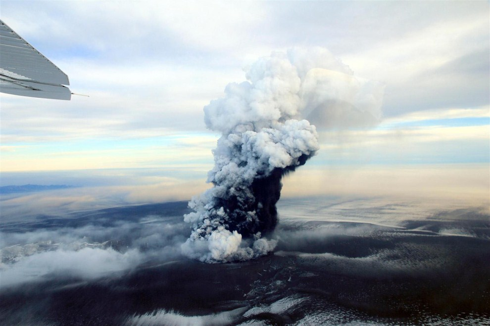 20. ISLANDIA, Reykjavík, 24 maja 2011: Chmura dymu unosząca się nad kraterem wulkanu  Grimsvotn. AFP PHOTO / BJORN ODDSSON