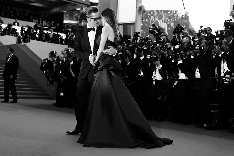 """21. FRANCJA, Cannes, 16 maja 2011: Brad Pitt i Angelina Jolie na czerwonym dywanie przed pokazem filmu """"The Tree of Life"""". AFP PHOTO / VALERY HACHE"""