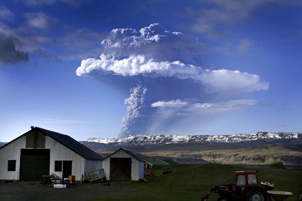 21. ISLANDIA, Grmsvoetn, 21 maja 2011: Dymiący krater wulkanu Grimsvotn. AFP PHOTO Sigurlaug Linnet