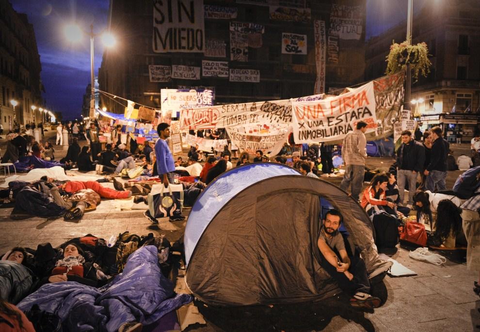 21. HISZPANIA, Madryt, 22 maja 2011: Protestujący odpoczywają w miasteczku namiotowym. AFP PHOTO / PEDRO ARMESTRE