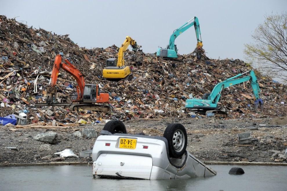 22. JAPONIA, Otsuchi, 8 maja 2011: Ciężki sprzęt wykorzystywany przy usuwaniu skutków tsunami. AFP PHOTO / TOSHIFUMI KITAMURA