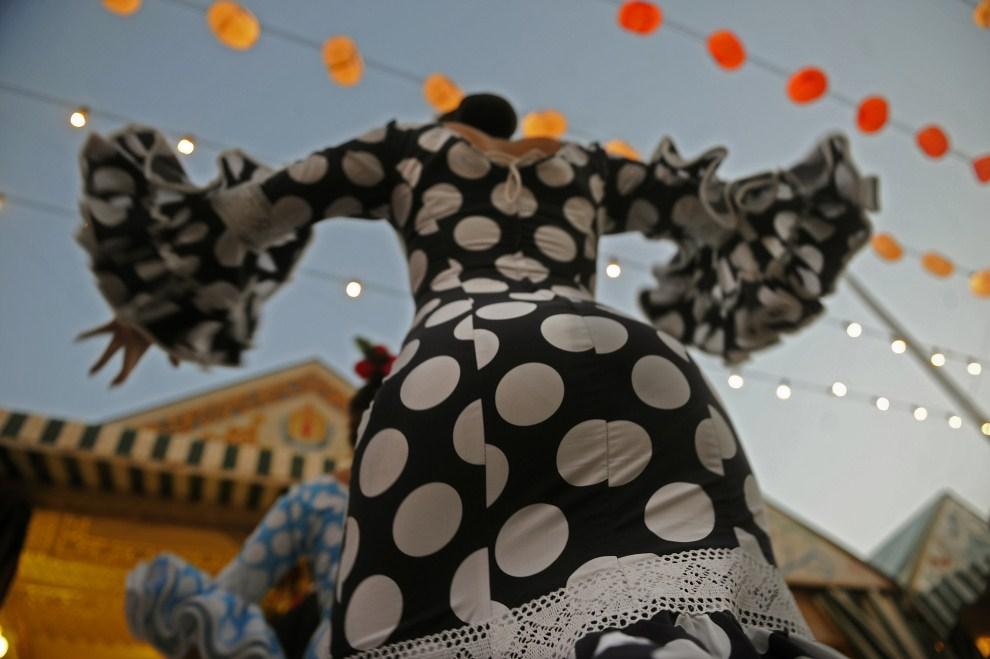 "22. HISZPANIA, Sewilla, 3 maja 2011: Kobieta tańcząca flamenco podczas ""Feria de abril de Sevilla"". AFP PHOTO / CRISTINA QUICLER"