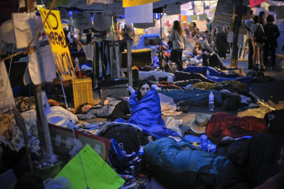 22. HISZPANIA, Madryt, 22 maja 2011: Kobieta otulona śpiworem, nocująca na placu Puerta del Sol. (Foto: David Ramos/Getty Images)