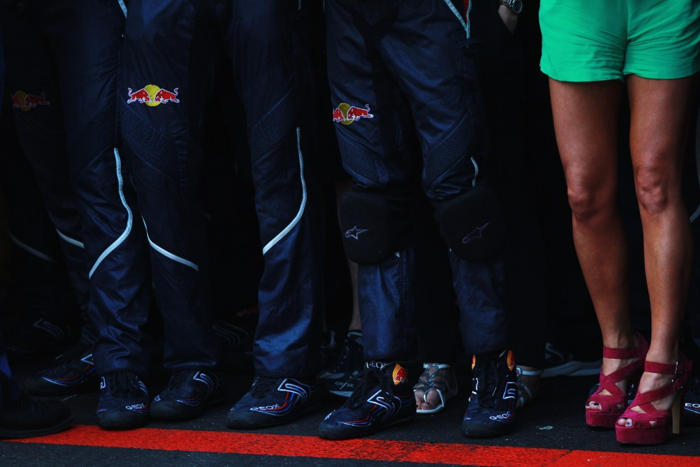 22. MONAKO, 29 maja 2011: Geri Halliwell stoi obok mechaników zespołu Red Bull Racing. (Foto: Paul Gilham/Getty Images)
