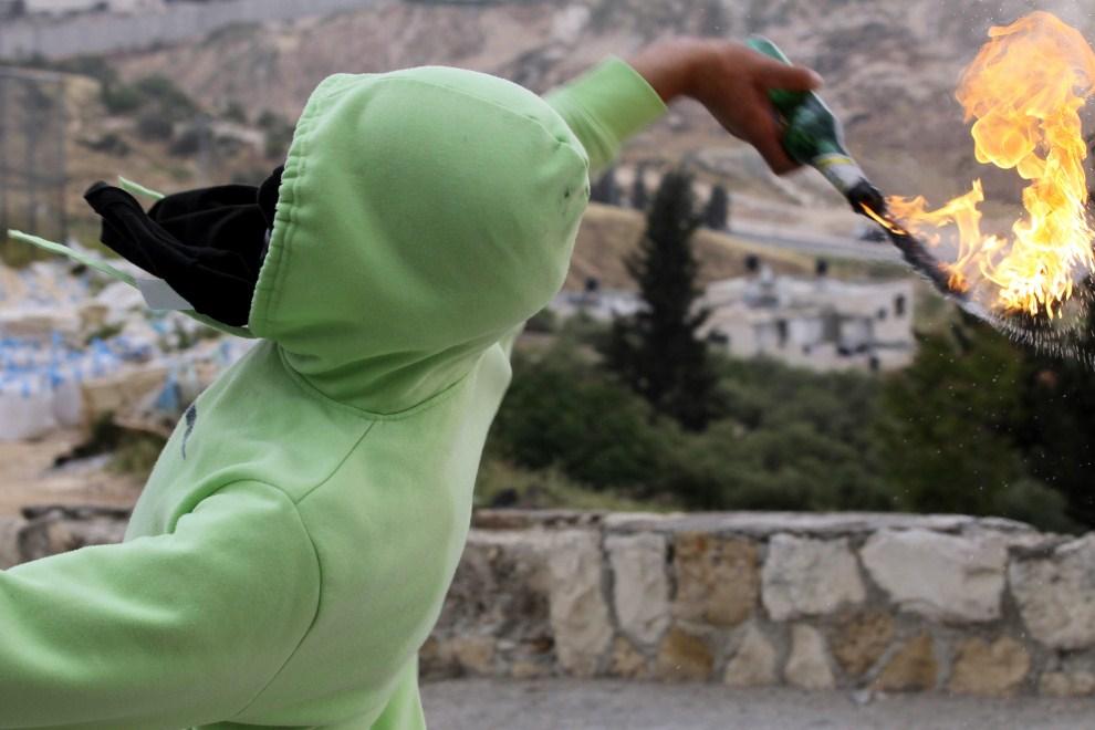22. IZRAEL, Kalandia, 15 maja 2011: Palestyńczyk rzuca butelką z benzyną w kierunku izraelskich żołnierzy. EPA/NATI SHOHAT/PAP/EPA.